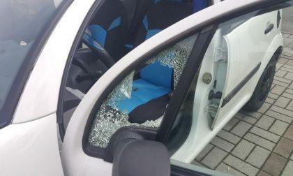 Auto danneggiate dai vandali alla luce del sole