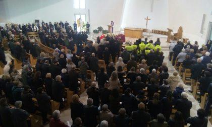 Pioltello in lutto una folla per l'ultimo saluto al dottor Rizzi - LE FOTO