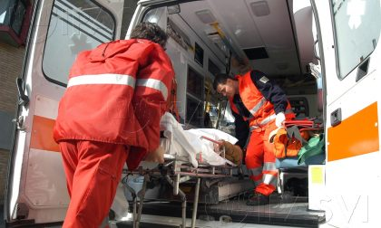 Infortunio in azienda a Peschiera Borromeo. Ambulanza e automedica