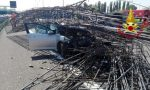 Tir carico di ferro si ribalta sulla Tangenziale Ovest: diversi feriti FOTO