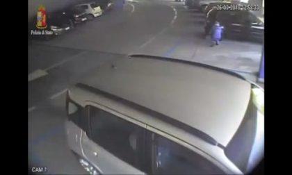 Vigile del fuoco piromane incendia l'auto dell'ex compagna VIDEO
