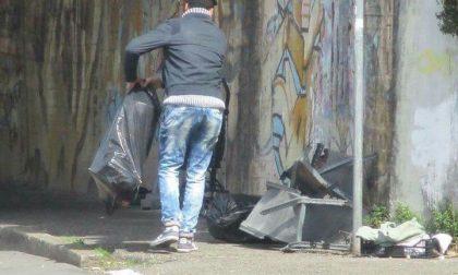 Fotografato mentre scarica abusivamente rifiuti