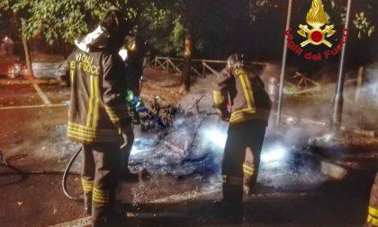 Auto in fiamme nella notte FOTO