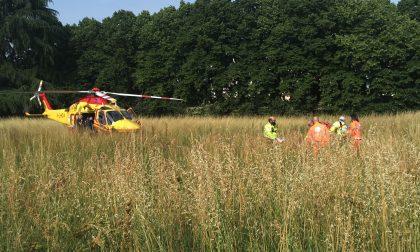 Cade dalla bici privo di sensi: coi soccorsi arriva l'elicottero FOTO