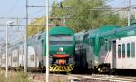 Minaccia il suicidio sui binari, circolazione dei treni bloccata