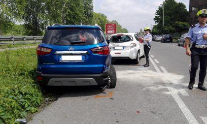 Macchina si ribalta e distrugge due auto in sosta