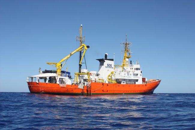 Aquarius, mare grosso: 500 profughi trasferiti sulle navi militari italiane