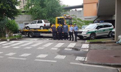 Auto abbandonate alle case Aler: rimossa la prima, era rubata