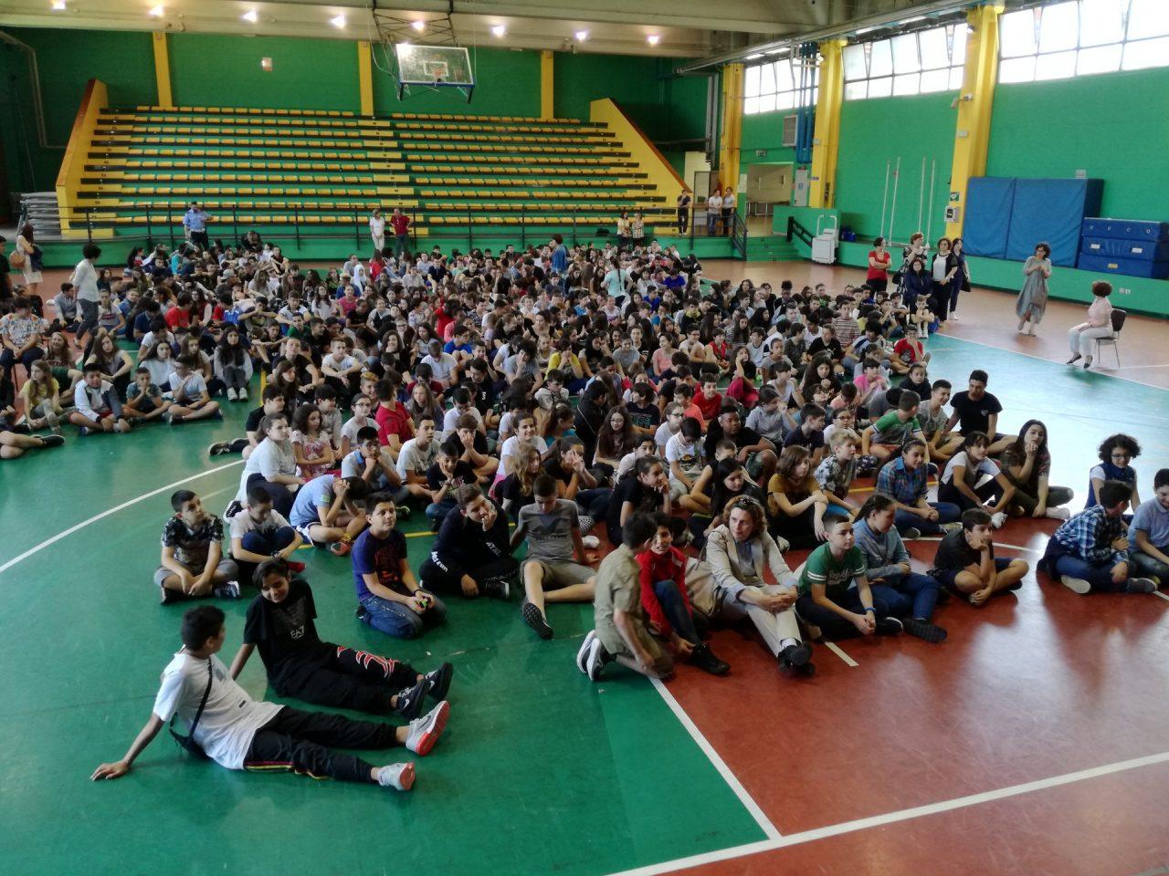 Cologno Monzese bullismo a scuola premiazione al palazzetto dello sport di via Volta del progetto Stop al bullo