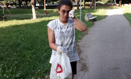 Cittadina modello a 14 anni, pulisce il parco sotto casa
