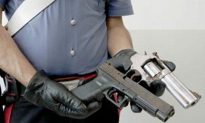 Minaccia i passanti in stazione con due pistole: disarmato e arrestato