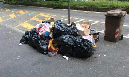 Abbandona rifiuti in strada, incastrato dalle telecamere