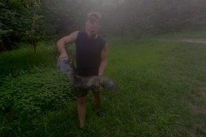 Pesca un pesce siluro da nove kg e lo ragala a uno straniero