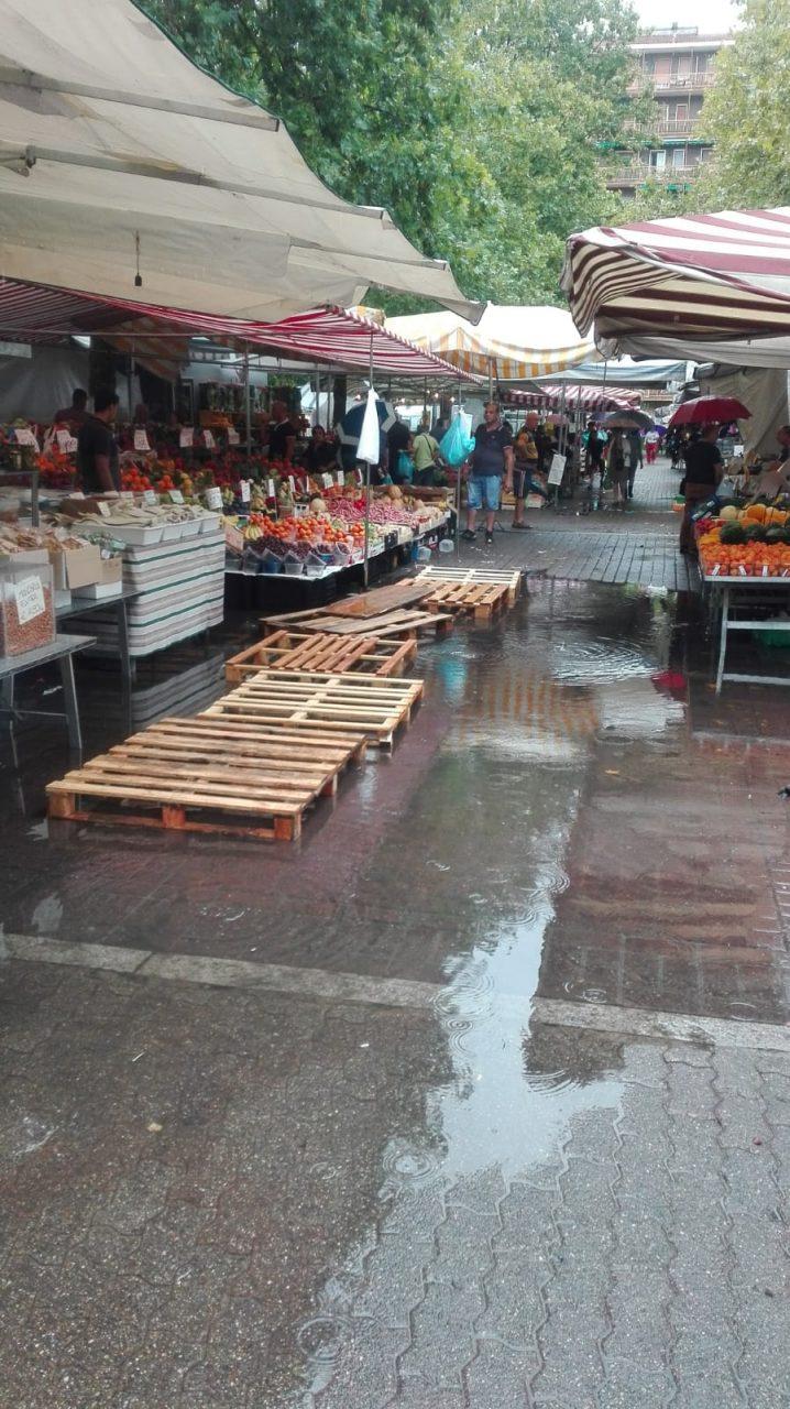 Acqua alta in piazza a pioltello ambulanti del mercato