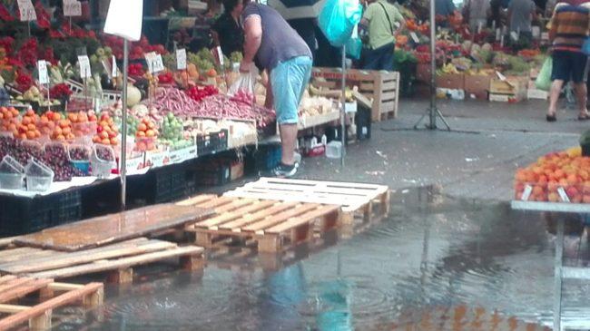 Acqua alta in piazza Ambulanti del mercato come a Venezia