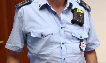 Vigili per le strade con le telecamere sulle divise