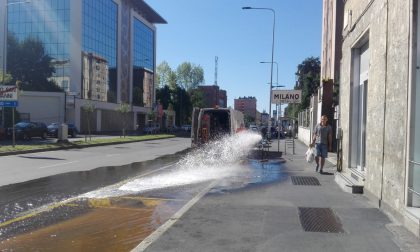 Esplode un tubo dell'acqua: strada allagata