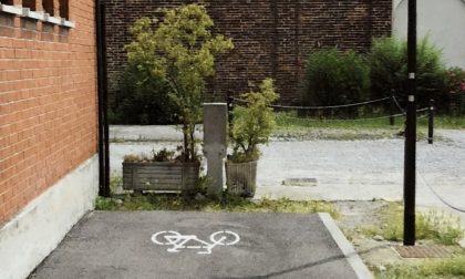 La pista ciclabile finisce ...contro un vaso di fiori