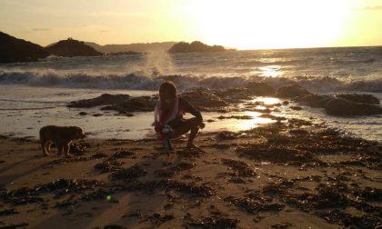 Campionessa di atletica in vacanza ripulisce la spiaggia
