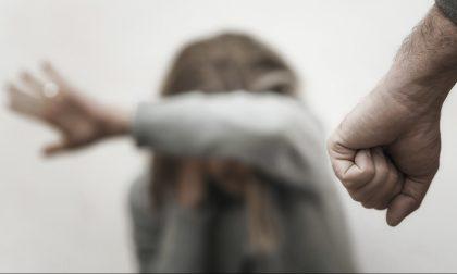Picchia la moglie per strada, arrestato un 51enne