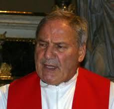 Insulti sui manifesti funebri di don Carlo Mapelli
