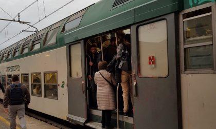 Treni cancellati e poche carrozze, pendolari come sardine FOTO