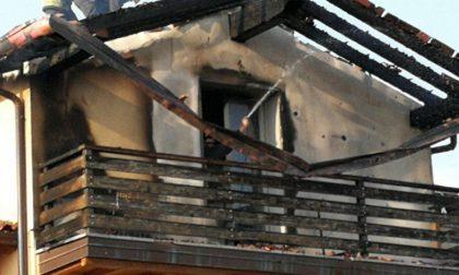Il ponte chiuso rallenta i pompieri... E la casa viene distrutta dalle fiamme