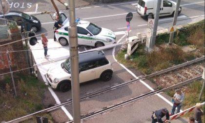 Auto intrappolata nel passaggio a livello, RITARDI FINO A 40 MINUTI FOTO