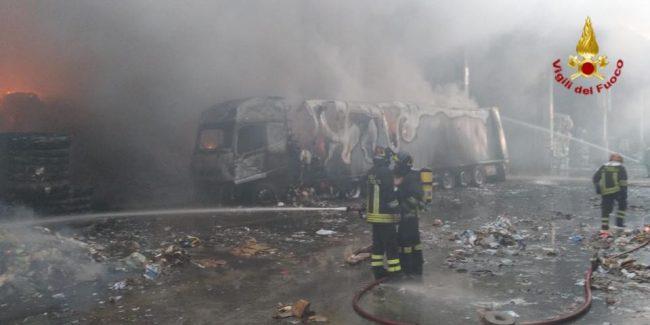 Incendio distrugge trenta pulmini per trasporto disabili