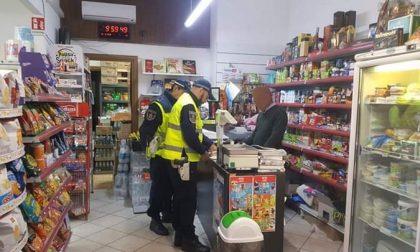Vende alcolici ai minori: negoziante beccato dalla Polizia locale
