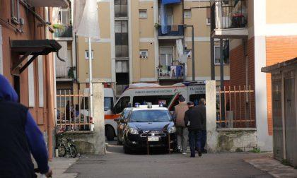 Aggredisce i soccorritori e si nasconde in un condominio