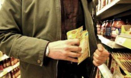 Trezzo ladri al supermercato si calano dal tetto e rubano soldi e generi alimentari