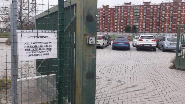 Cologno Monzese auto vandalizzate parcheggio piscina