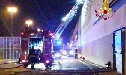 Incendio al centro commerciale sulla Paullese FOTO