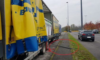 Grezzago mentre svuota il rimorchio del camion viene colpito da una sbarra e stramazza a terra