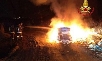 Auto incendiata a Masate, intervengono i pompieri