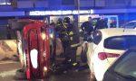 Incidente tra auto sul cavalcavia: una macchina si ribalta