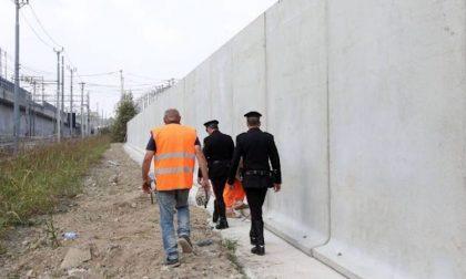 Buco nel muro a Rogoredo per aggirare barriere anti spaccio