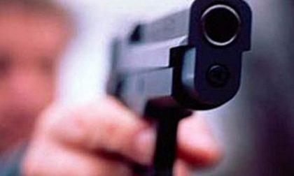 Esce sul balcone e si mette a sparare: denunciato