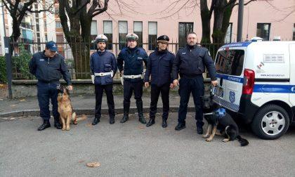 Cani antidroga e agenti della locale fuori dalla scuola media