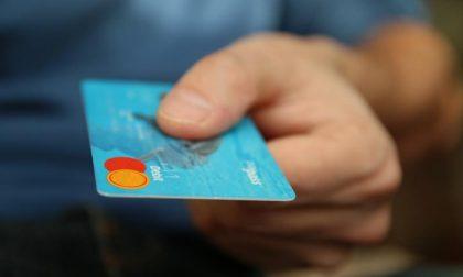 Viaggi, cene e vestiti: spende 53 mila euro con la carta aziendale