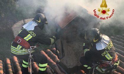 Incendio sul tetto di una villetta, pompieri in azione a Cassina FOTO