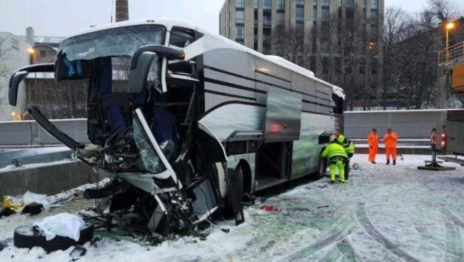 Svizzera, pullman da Genova fuori strada a Zurigo: morta italiana, 43 feriti