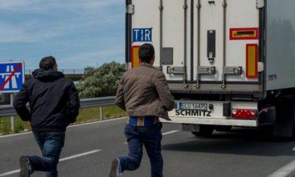 Migranti disperati si infilano sul rimorchio di un tir ma finiscono a Tavazzano