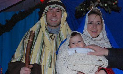 """Sindaco e compagna vestiti da Giuseppe e Maria: """"Il Natale non si tocca"""""""