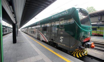 Sfonda il vetro e blocca la circolazione dei treni
