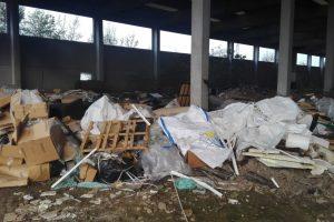 rifiuti abbandonati capannone cassano