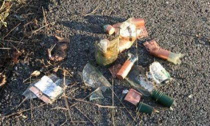 Getta bottiglie di vetro in strada e mette in pericolo i pendolari. Preso
