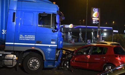 Schianto tra auto e tir: due donne ferite