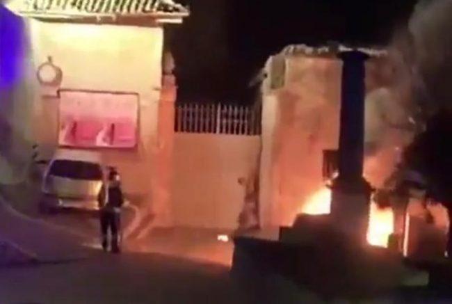 Prima l&#8217&#x3B;esplosione e poi il rogo, a fuoco due auto nella notte a Cassano FOTO